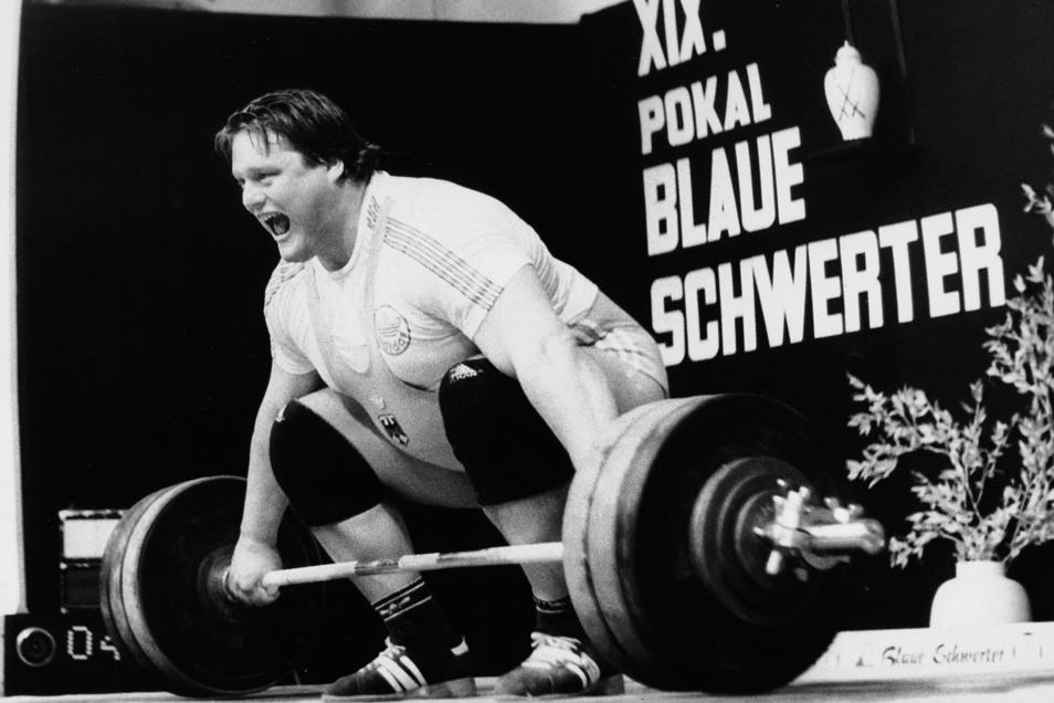 Der spätere Bundestrainer Manfred Nerlinger hob 1990 in Meißen. Danach pausierte der Blaue-Schwerter-Pokal für 22 Jahre.