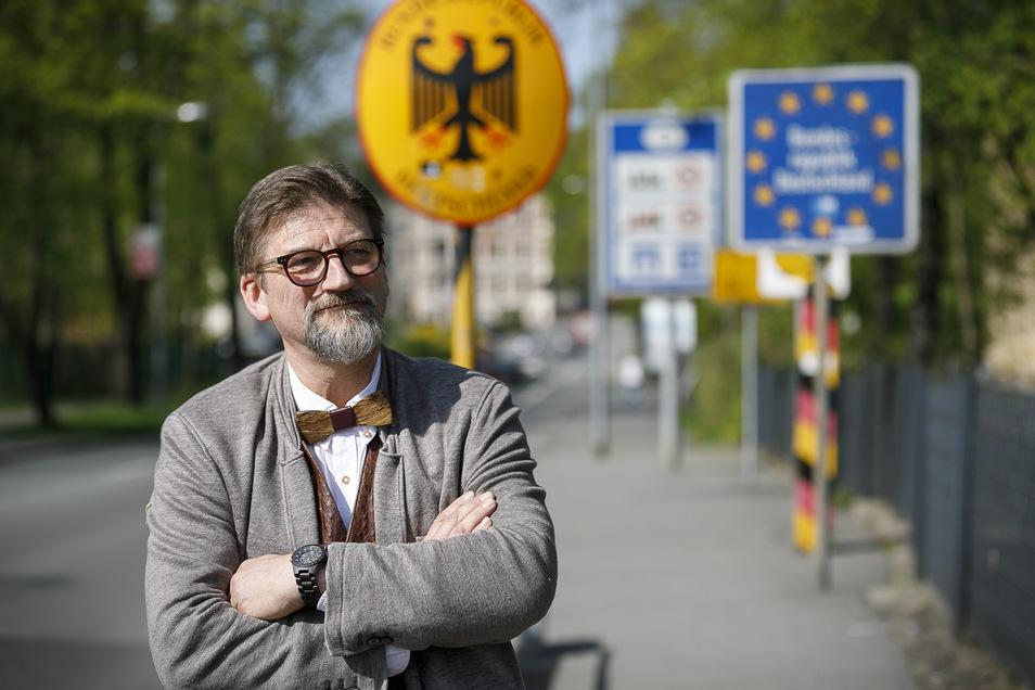 Ulf Großmann an der Stadtbrücke in Görlitz, mitten in Europa und doch an der Nahtstelle zweier Kulturen. Zuletzt sah man ihn nur noch mit Fliege.