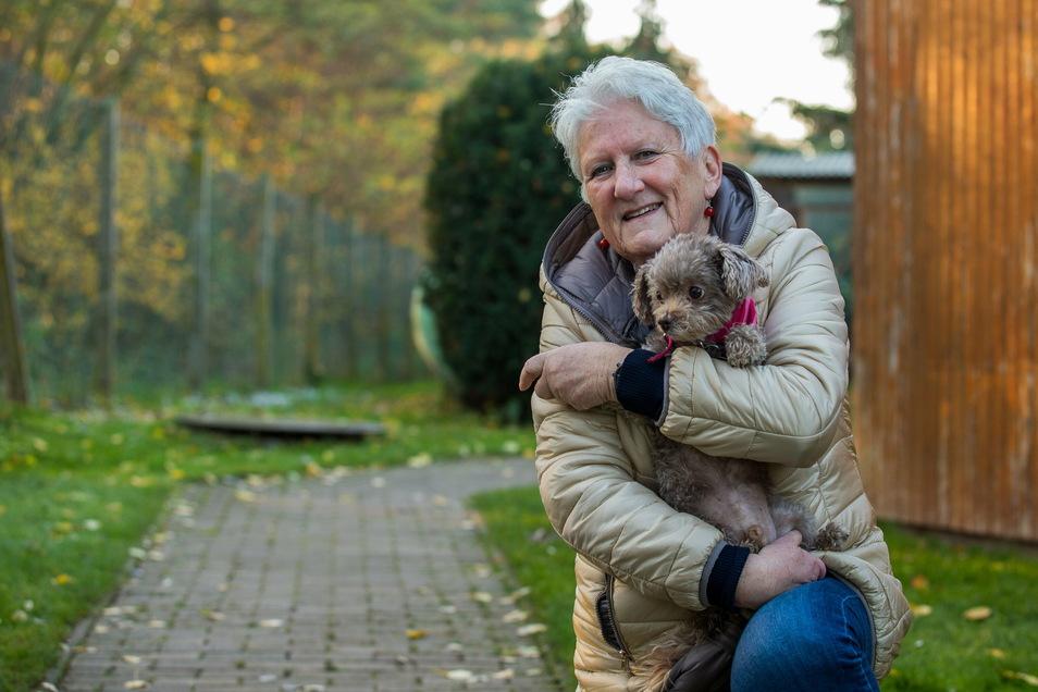 Regina Walther vom Tierschutzverein Pirna mit Bobby. Bobby wurde nicht geschmuggelt, andere Welpen aber schon.