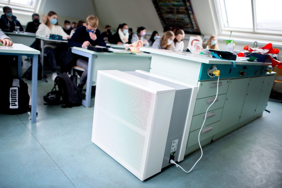 Mobile Luftfiltergeräte sollen die Konzentration von Aerosolen auch in Klassenräumen, die nicht gut belüftet werden können, senken können. In Dresden ist das nur vereinzelt eine Option.