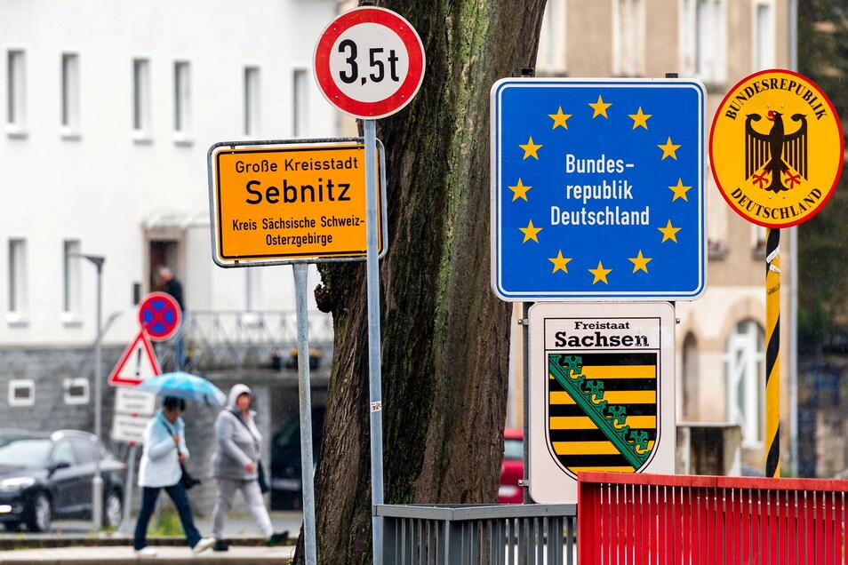 Ob zu Fuß oder mit dem Pkw, am Grenzübergang an der Böhmischen Straße in Sebnitz wurde der nun wieder erlaubte kleine Grenzverkehr genutzt.