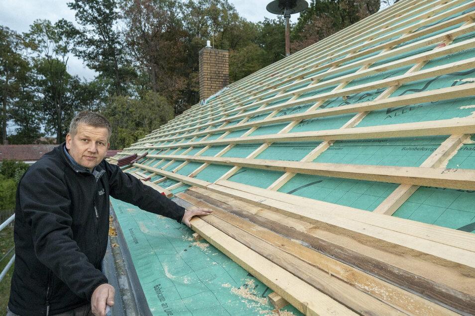 Renè Venus zeigt das neue Dach des Dorfgemeinschaftshauses in Adelsdorf.