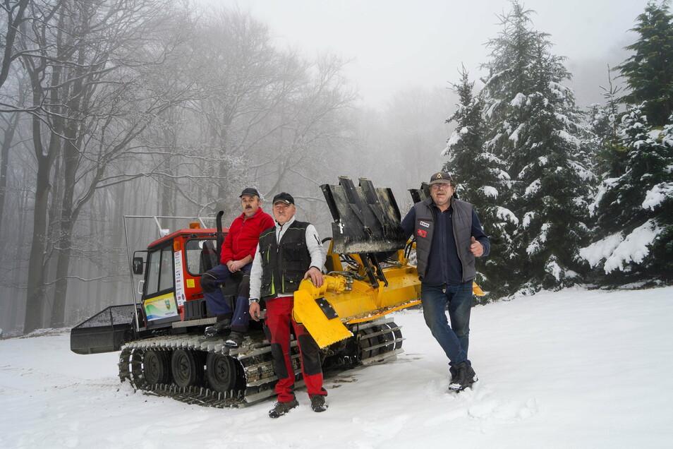 Gunter und Bert Thomas sowie Frank Sutter (von links) aus Neukirch haben seit Jahresbeginn die Loipen am Valtenberg gespurt, zum Teil mit dem Pistenbully.