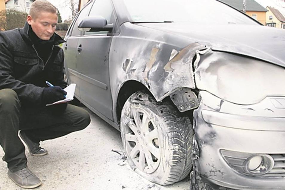 """Dieser VW ist von SZ-Mitarbeiter Stephan Paul schon kaum noch als solcher zu erkennen. Er brannte in Olbersdorf """"Am Töpferpark""""."""