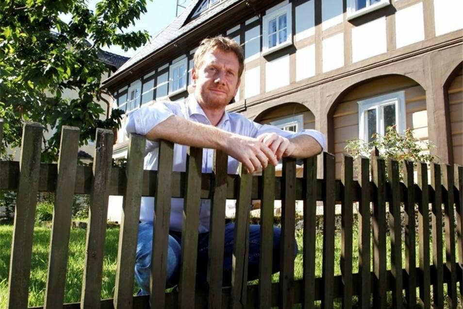 Michael Kretschmer hat am Sonntag Besuch von Kritikern der Corona-Maßnahmen an seinem Wohnsitz in Waltersdorf bekommen, wo er ein Umgebindehaus besitzt. Er ließ sich auf ein Gespräch ein.