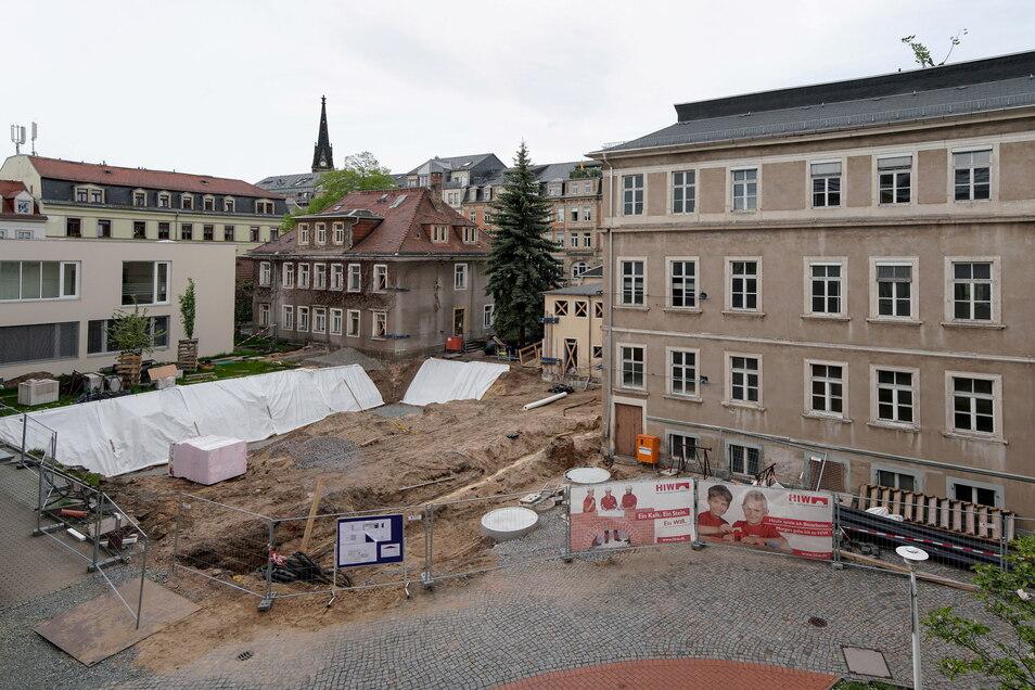 Rechts befindet sich das Mathildenhaus, daneben das kleine ehemalige Pförtnerhäuschen und das Pfarrhaus, dahinter die Bautzner Straße. Der Neubau entsteht in der Mitte des Hofes.