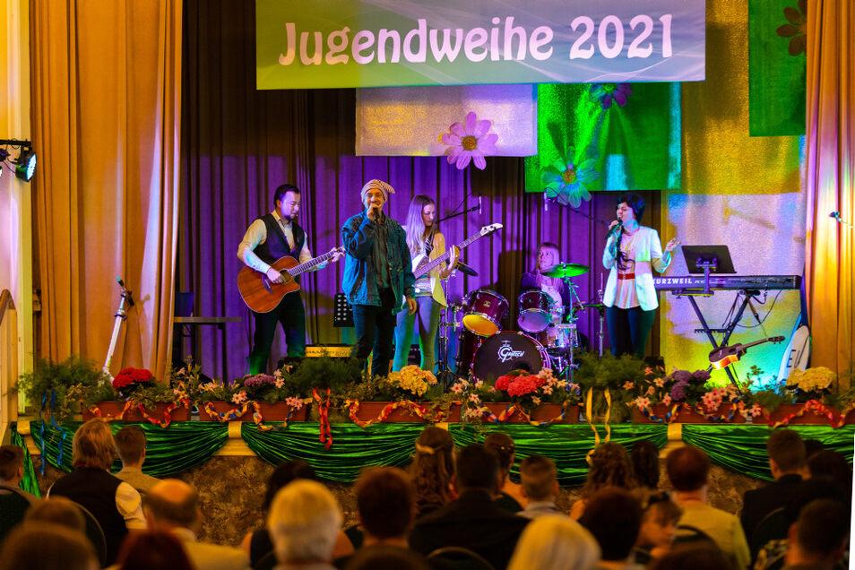 """Die Band """"Nachspiel"""" aus Hoyerswerda begleitet schon seit vielen Jahren musikalisch die Jugendweihe-Feierstunde im Laubuscher Kulturhaus."""
