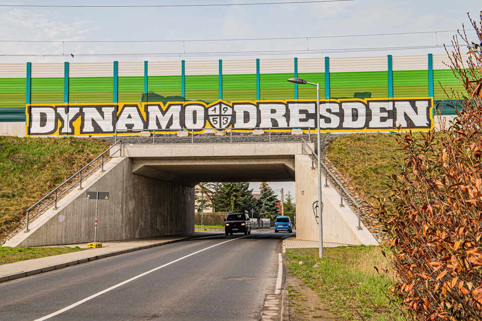 Seit ein paar Wochen ist der Schriftzug an der Bahnüberführung in Richtung Großraschütz nicht zu übersehen.