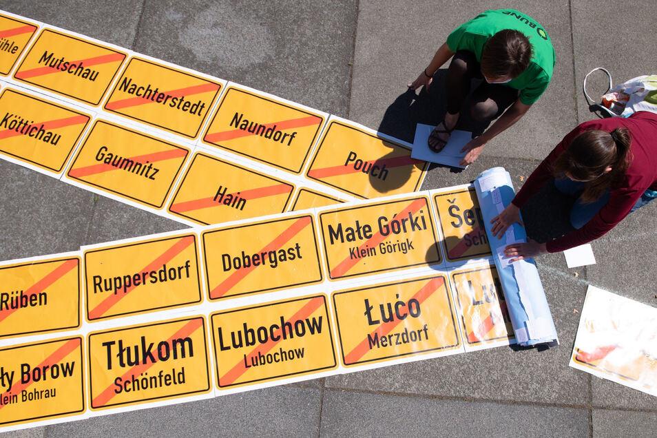 Bilder von Ortstafeln abgebaggerter Dörfer in der Lausitz und im Leipziger Land.