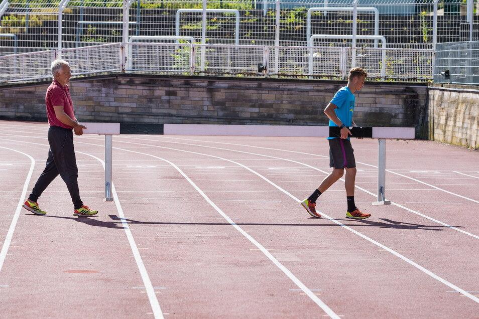 Hürden und Hoffnungen: Karl Bebendorf (r.) träumt davon, 2024 im Steyer-Stadion über 3.000 Meter Hindernis deutscher Meister zu werden. Sein Trainer Dietmar Jarosch (l.) ist skeptisch.