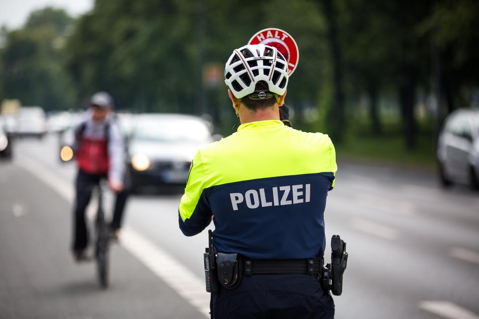 Die Dresdner Verkehrspolizei kontrolliert drei Wochen lang verstärkt Rad- und Autofahrer.