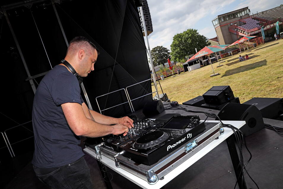 Der Mann am Plattenteller: DJ Raik Ruscher legte am Donnerstag als Erster im Grubestadion auf. Anfangs war die Zahl der Zuhörer noch überschaubar.