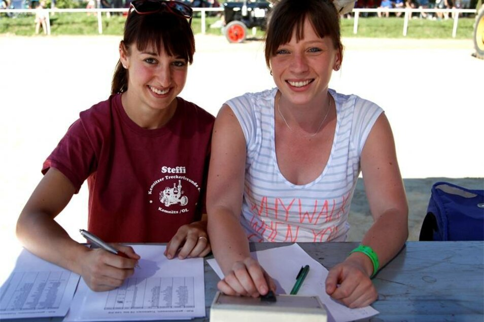 Diese beiden jungen Frauen sorgten beim Wettkampf für grünes Ampellicht und notierten die Ergebnisse der einzelnen Durchgänge.