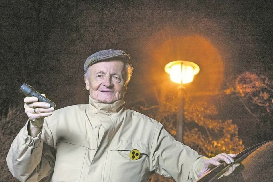Es werde Licht: Anwohner Christian Damm und seine Nachbarn sind zufrieden. Fotos: Lutz Weidler