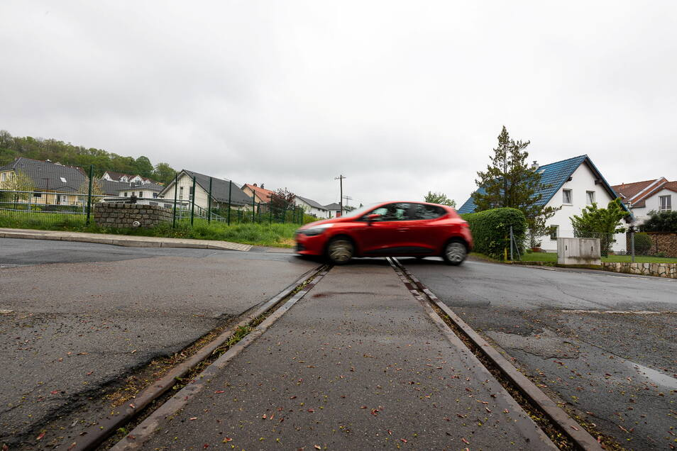 Die Gleisanlage über die Gitterseer Straße wird vom Windbergbahn-Verein erneuert.