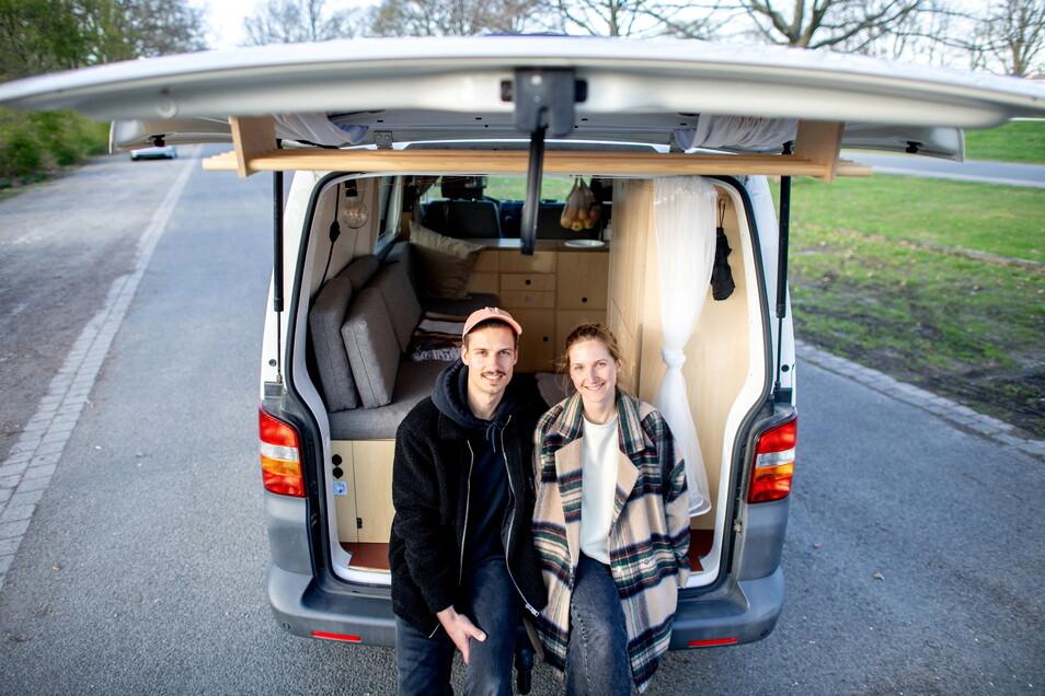 Arne Meyer und Ines Spicker sitzen in ihrem Volkswagen T5, den das Paar in Eigenarbeit zu einem Campervan umgebaut hat.
