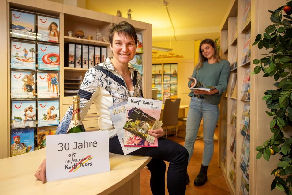 Kathrin Korfmacher-Pollul (l.), Inhaberin des Pirnaer Reisebüros Korfi-Tours, und Auszubildende Lucie Bräuer freuen sich, dass jetzt wieder verstärkt Reisen gebucht werden.