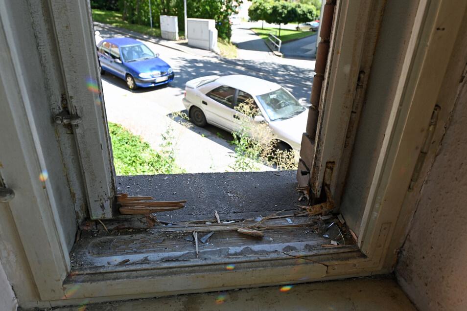 Am Fenster sind die Spuren des Anschlags deutlich zu sehen.