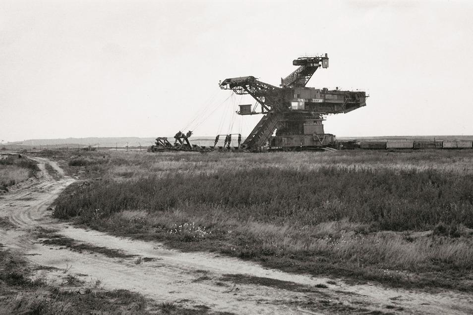 """Jürgen Matschie, Schwarz-Weiß-Fotografie aus der Serie """"Klein Lieskow"""", dokumentierend das Verschwinden eines Dorfes."""