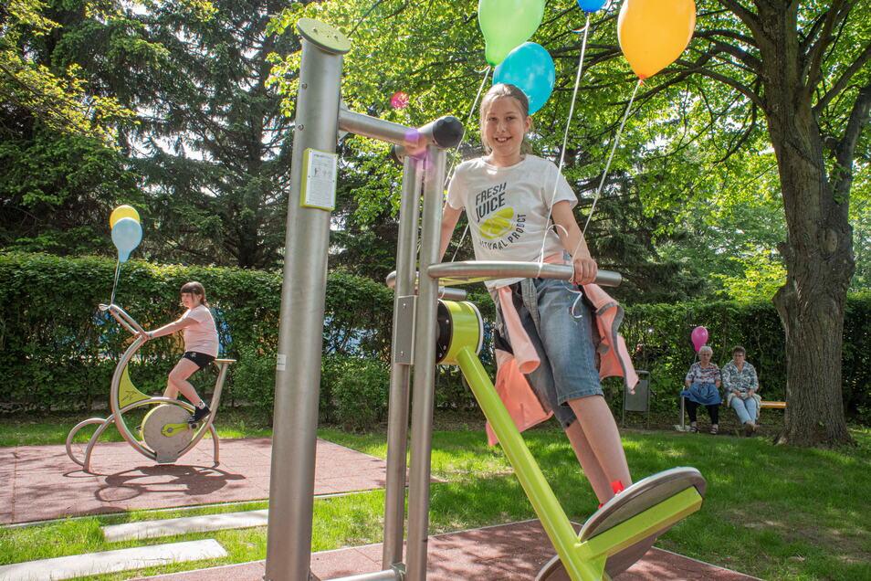 Liana testet gleich nach der Spielplatzeröffnung in Elstra ein besonderes Gerät, das auch Erwachsene nutzen können. Auf ihm kann man Schwünge wie beim Abfahrtslauf üben.
