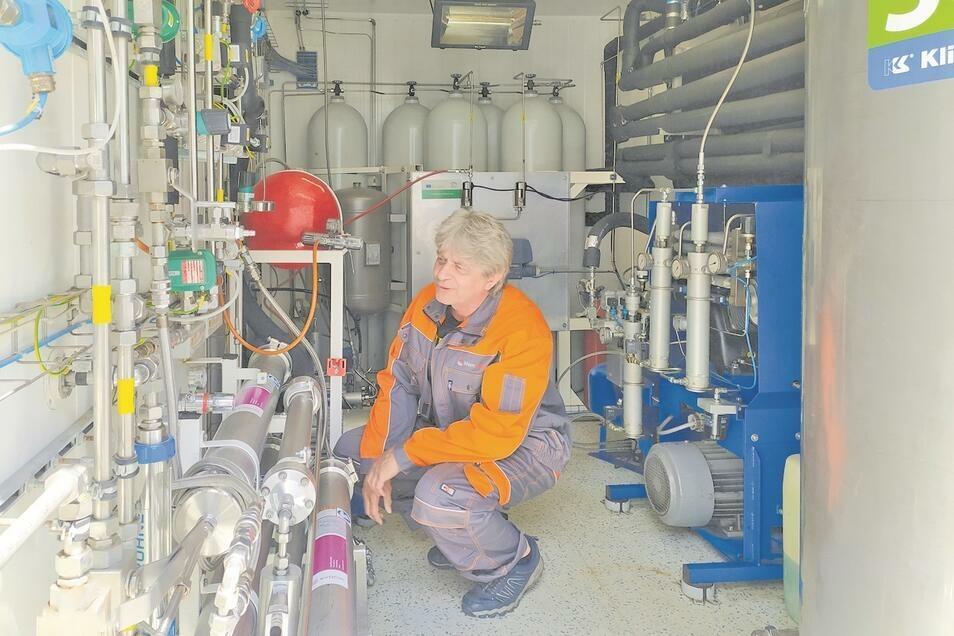 Ein Mitarbeiter von MemBrain schaut in einem Container an der Kläranlage in Stráž pod Ralskem nach dem Rechten.