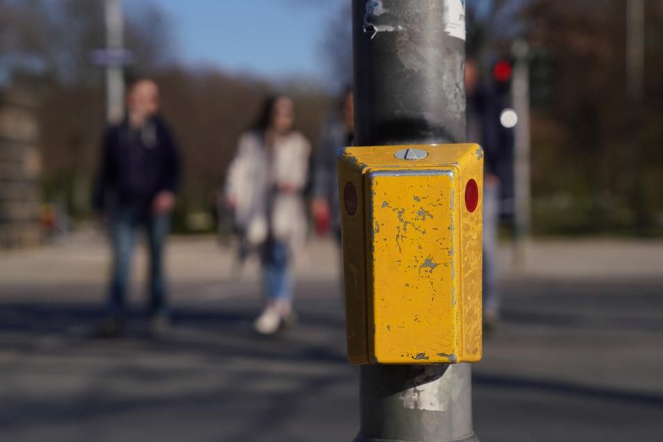 Die Stadt lässt die Ampeln umprogrammieren, so dass die Taster vorerst nicht mehr berührt werden müssen.