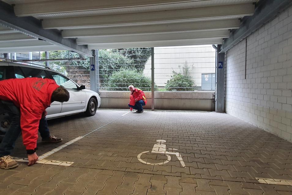 Hartmut Kunth (links) und Steffen Hannig (rechts) vom ACE-Kreisclub Ostsachsen überprüfen die Normgröße eines Behindertenparkplatzes.