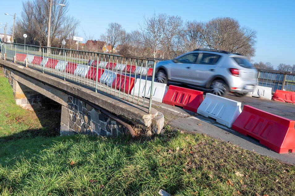 Eine der vier Brücken vor dem Poppitzer Ortseingang wird neu gebaut. In den Riesaer Ortsteil geht es dann nur über eine Umleitung.