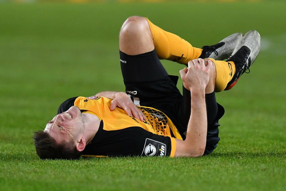 Robin Becker greift sich hier in einem früheren Spiel ans rechte Knie - im Training hat er sich das Kreuzband gerissen und ist nun operiert worden.