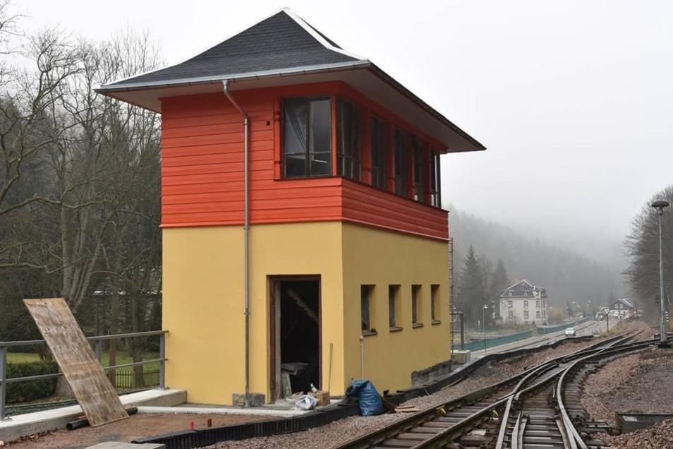 Das Stellwerk  Auch das Stellwerk am Bahnhof Kipsdorf leuchtet. Die Denkmalschützer haben versucht, die Farbgebung so originalgetreu wie möglich hinzubekommen.