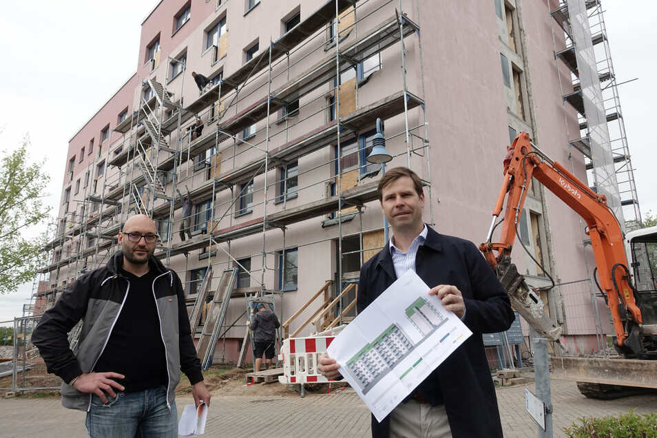 Dirk Förster-Wehle (rechts) und Michael Köckritz von der TAG Wohnen stehen vor den beiden sogenannten Punkthäusern in Döbeln Nord, die gerade umgebaut werden. Diese Wohnungen werden mit Balkonen und veränderten Grundrissen aufgewertet.