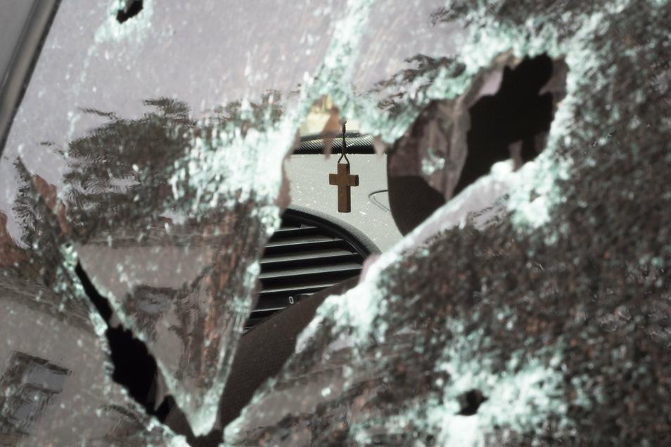 Aserbaidschan, Stepanakert: Ein Kruzifix hängt in einem Auto, das durch Beschuss durch aserbaidschanische Artillerie während eines militärischen Konflikts in selbsternannten Republik Berg-Karabach beschädigt wurde.