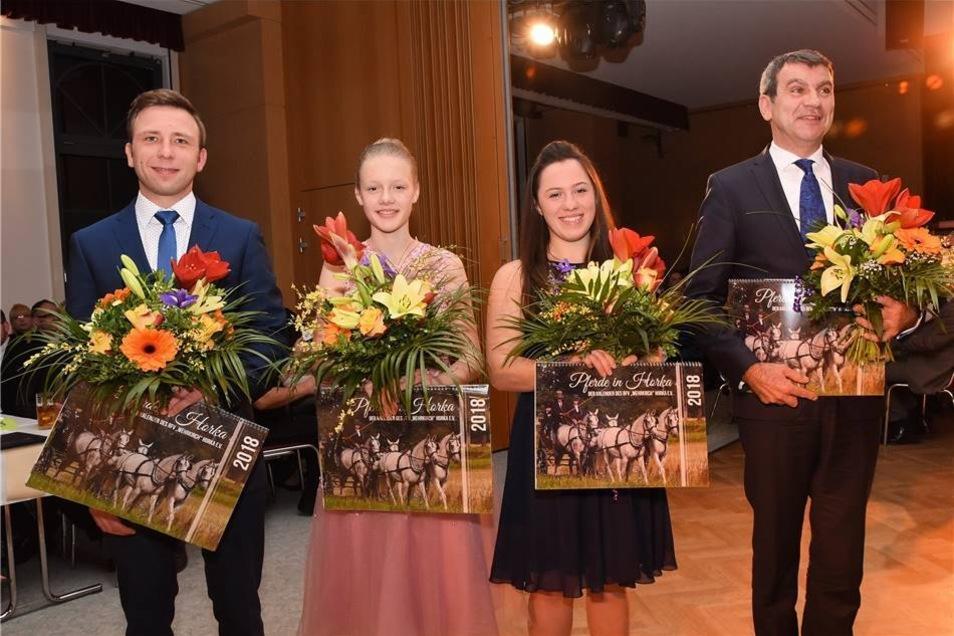 Die ausgezeichneten Pferdesportler freuen sich über die Ehrung ihrer Leistungen, die sie im letzten Jahr erneut unter Beweis gestellt haben.