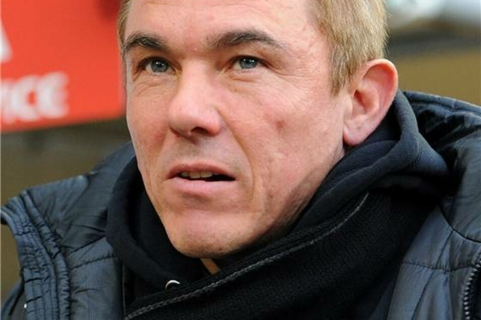 Zunächst schaute  Dresdens Trainer Olaf Janßen noch skeptisch drein.