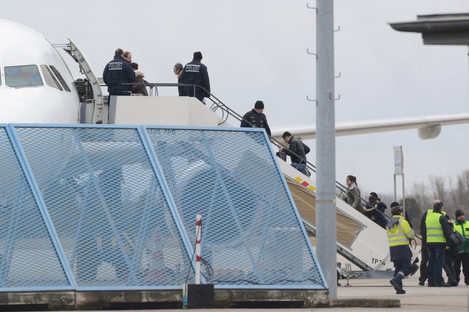 Abgelehnte Asylbewerber steigen am Baden-Airport im Rahmen einer landesweiten Sammelabschiebung in ein Flugzeug.