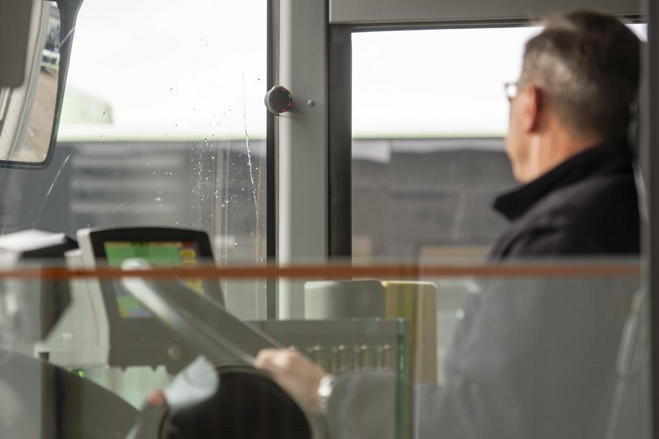 Für Busfahrer Uwe Pietrusiak ist der neue Abbiegeassistent eine Unterstützung beim sicheren Abbiegen.