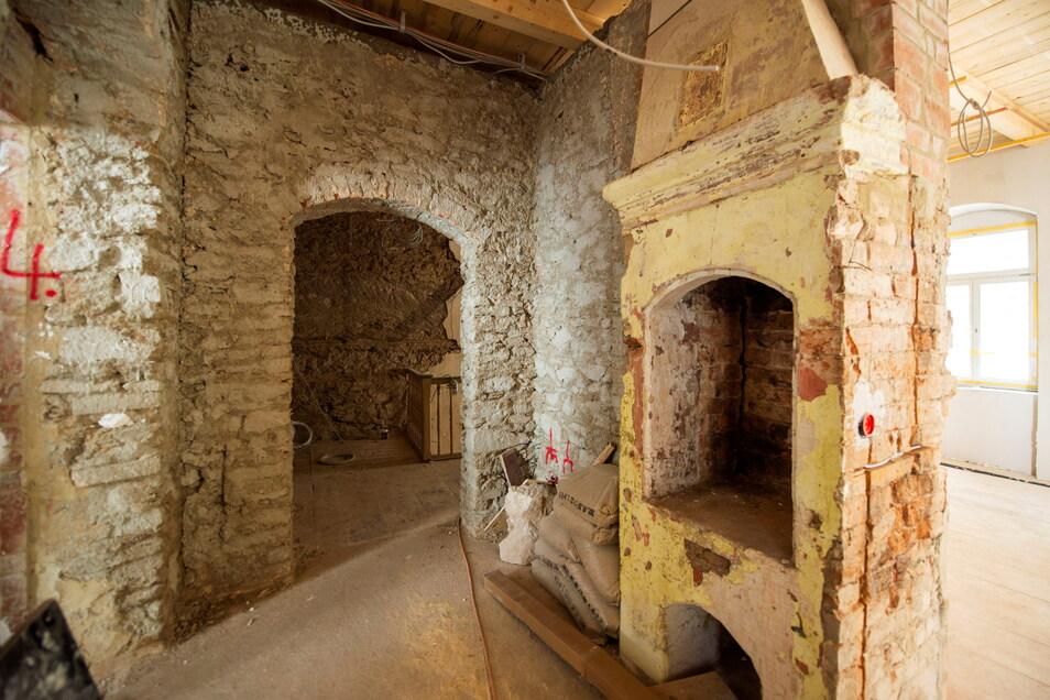 Auch zwei historische Kamine - hier einer davon - wurden in dem mehrstöckigen Haus entdeckt und bleiben erhalten.