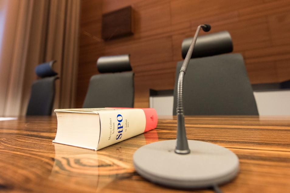 Die Strafprozessordnung auf dem Tisch der Richterin.