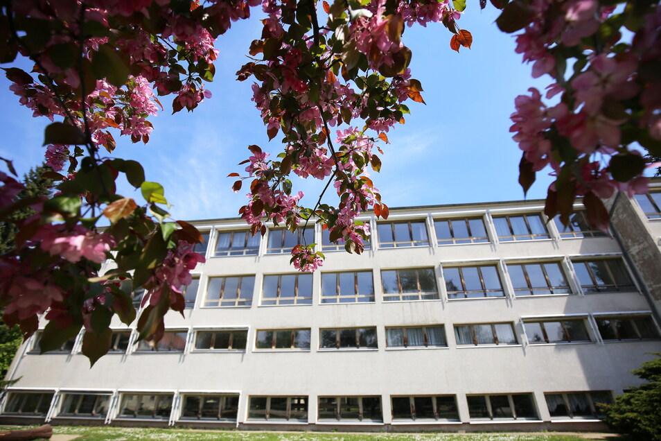 Die alte Plattenbauschule in Arnsdorf wird momentan nur von Vereinen genutzt. An ihrer Stelle soll ein Neubau entstehen.