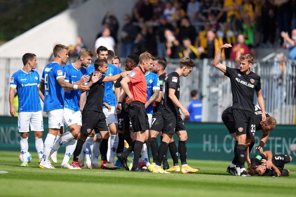 Ein Aufreger gleich zu Beginn: Dynamos Yannick Stark liegt nach einem Foul von am Boden. Der Darmstädter Fabian Schnellhardt sieht die Rote Karte.