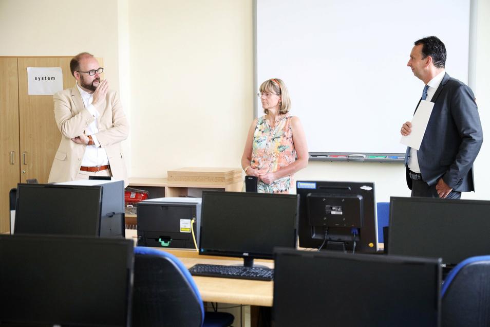 Kultusminister Christian Piwarz (CDU, l.), Schulleiterin Silvia Bretschneider und OB Marco Müller (CDU) im Informatikkabinett der 1. Grundschule in Riesa.