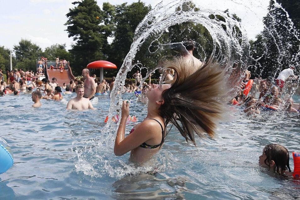 Ganz so voll ist das Heidenauer Bad noch nicht wieder, aber die ersten 1.000 Besucher waren schon da.