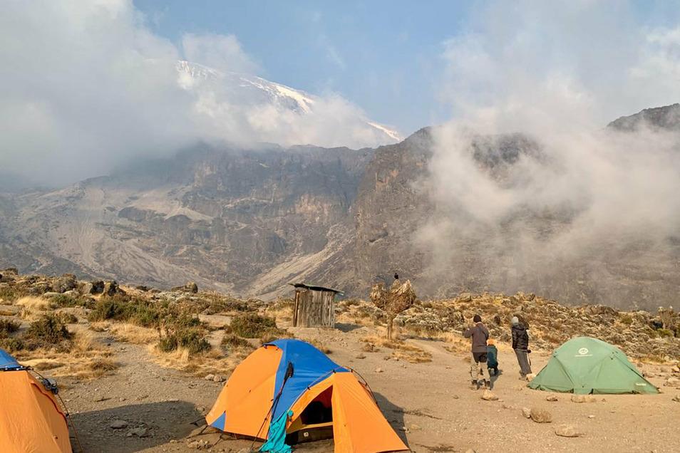 Rauchwolken eines Feuers auf dem Kilimandscharo ziehen in rund 4.600 Metern Höhe über das Lava Tower Camp mit einer Gruppe von Bergsteigern aus Deutschland, der Schweiz und Österreich.