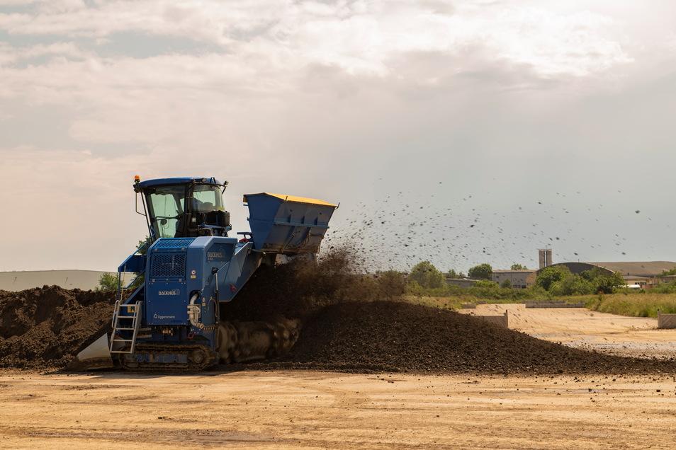 Eine Bodenwendemaschine wälzt die Erde ständig um, damit die schadstoffabbauenden Bakterien mit Sauerstoff versorgt werden.