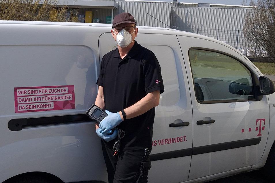 Täglich auf Hausbesuch: Telekom-Servicetechniker Andreas Brettin ist in der Region Riesa/Meißen/ Elsterwerda unterwegs - mit Schutzausrüstung.
