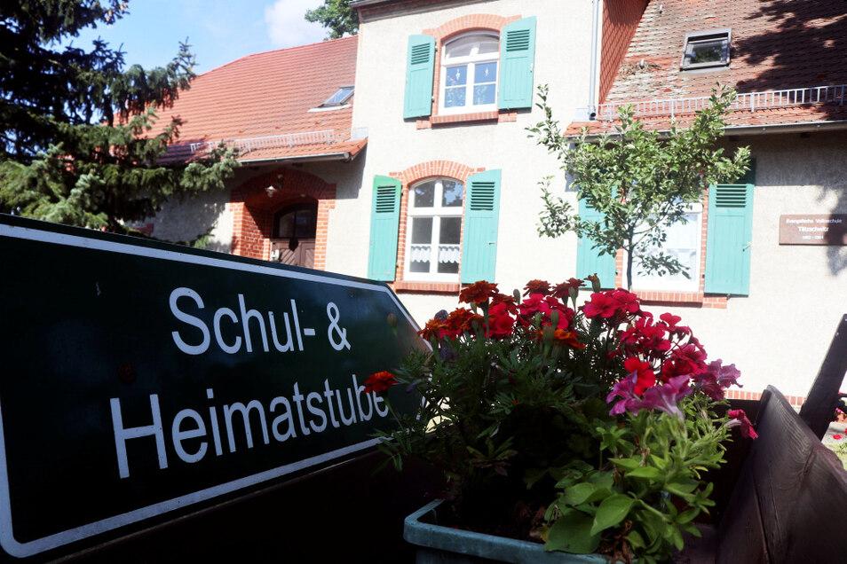 Hinweisschild für potenzielle Besucher, was sie in diesem farbenfroh gestalteten Haus erwartet.