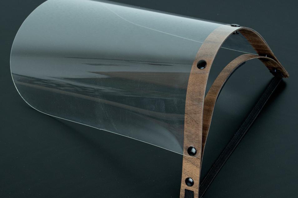 Das Gestell des Visiers wird aus dünnem Holzfurnier gefertigt.