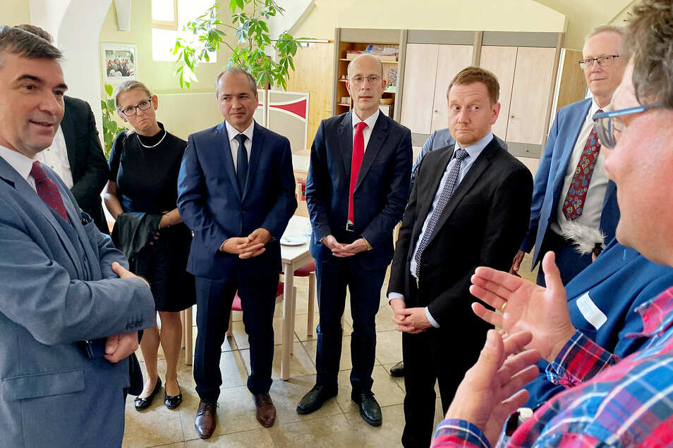 Dieses Foto, aufgenommen bei einem Treffen in Ostritz, zeigt den Regelverstoß des Ministerpräsidenten.