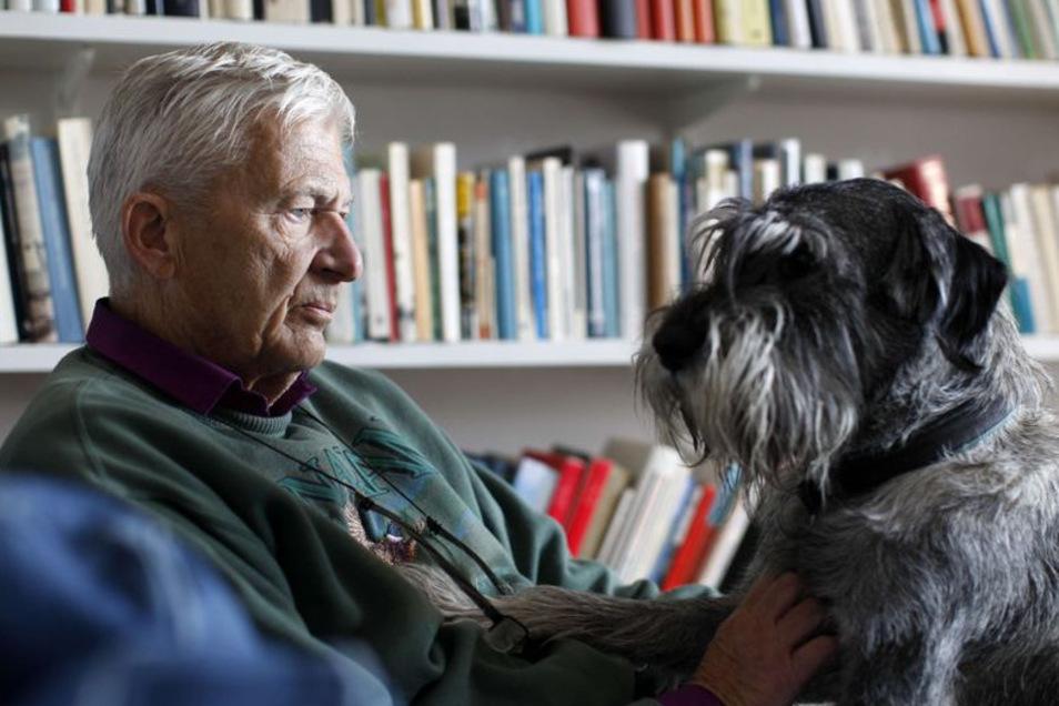 Per Olov Enquist 2011 in seinem Wohnzimmer mit seinem Hund.