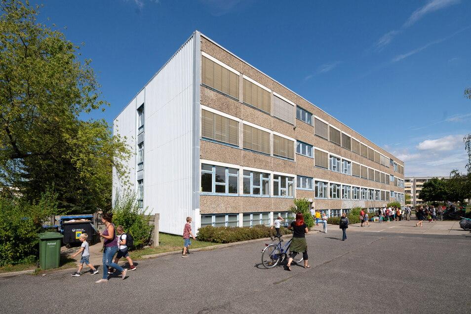 Die Plattenbauschule in der Cämmerswalder Straße im Dresdner Süden ist schon im nächsten Schuljahr zu klein für die Unischule. Nun muss eine schnelle Lösung gefunden werden.